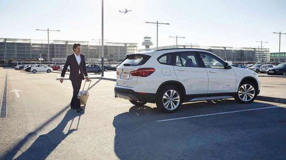 BMW auf Parkplatz